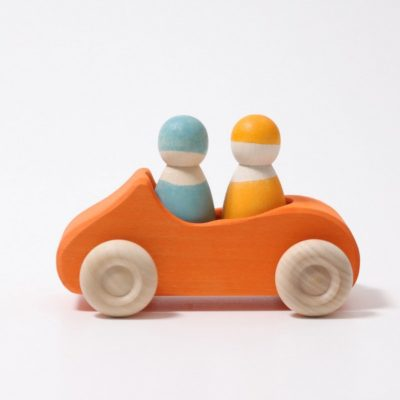 Voiture orange avec 2 passagers  - GRIMM'S